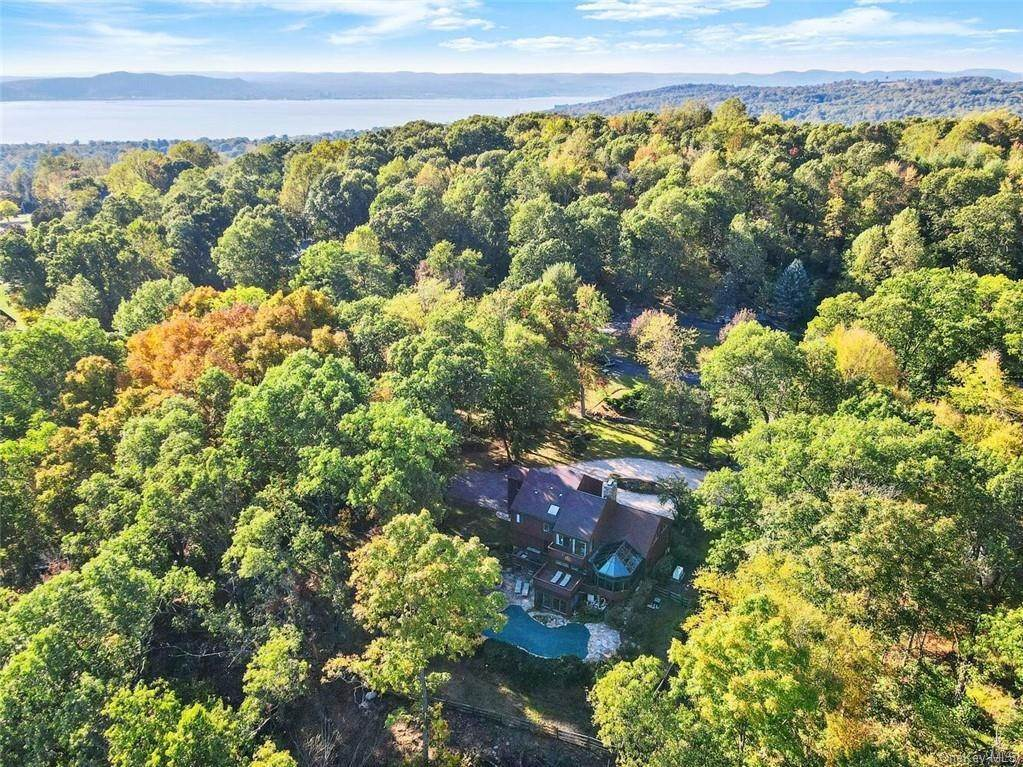 2. Single Family Home pour l Vente à 81 Quaker Hill Drive Croton On Hudson, New York, 10520 États-Unis