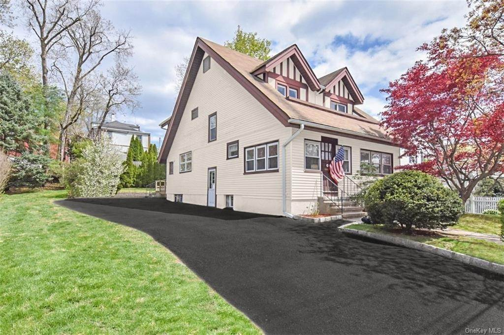 2. Single Family Home pour l Vente à 18 Linden Avenue Pelham, New York, 10803 États-Unis