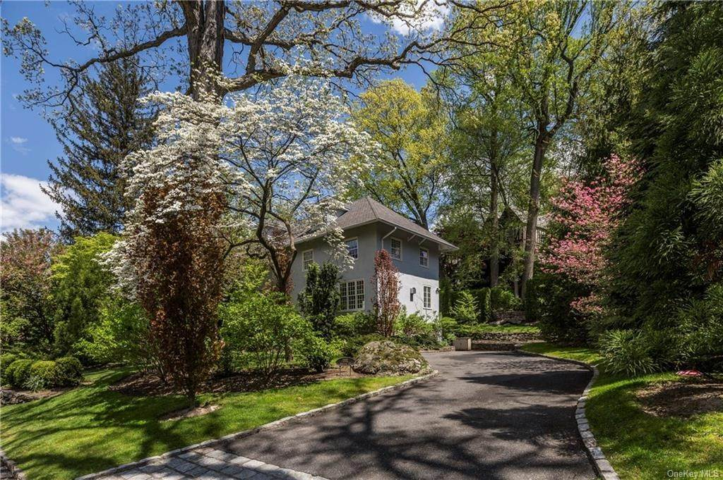 2. Single Family Home for Sale at 1 Woodland Avenue Bronxville, New York, 10708 United States