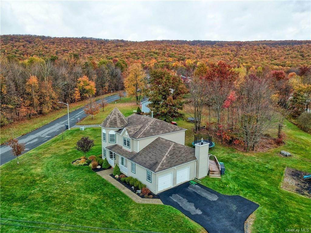 20. Single Family Home for Sale at 2 Sequoia Trail Highland Mills, New York, 10930 United States