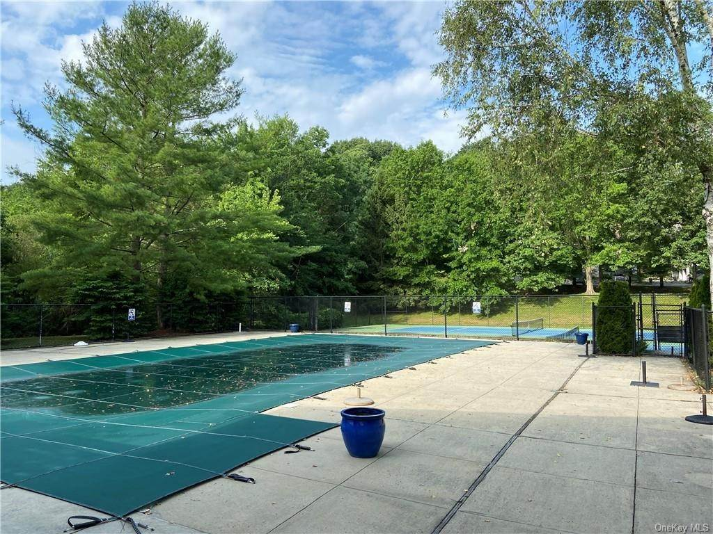 20. Single Family Home for Sale at 173 Birchwood Close Chappaqua, New York, 10514 United States