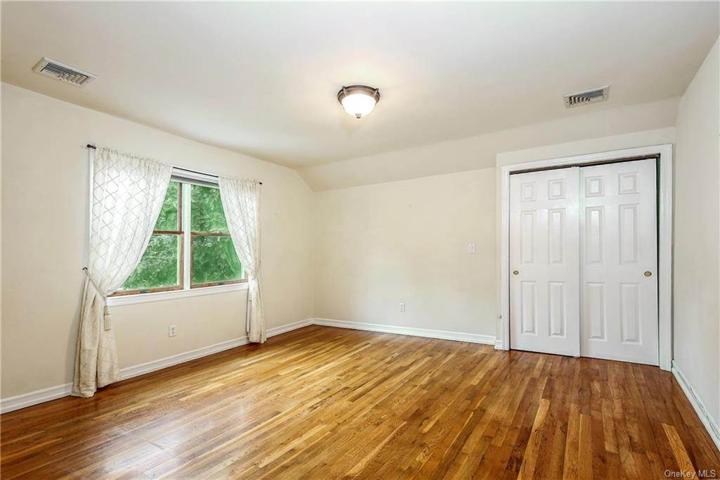 20. Single Family Home for Sale at 104 Bobolink Road Yonkers, New York, 10701 United States