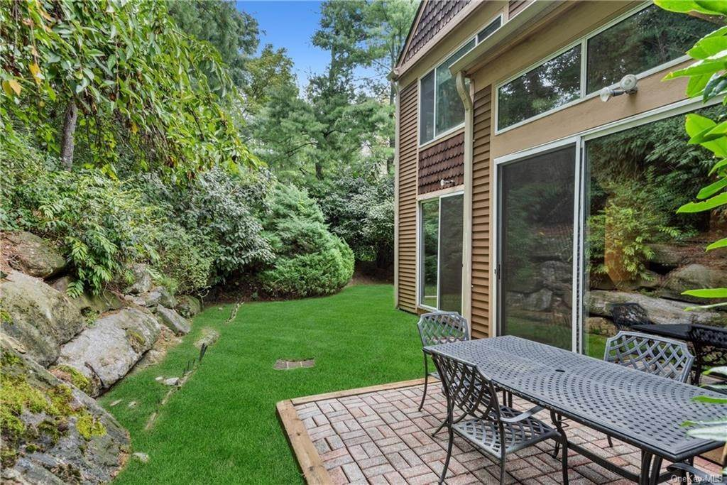 21. Single Family Home for Sale at 23 Indian Hill Road New Rochelle, New York, 10804 United States