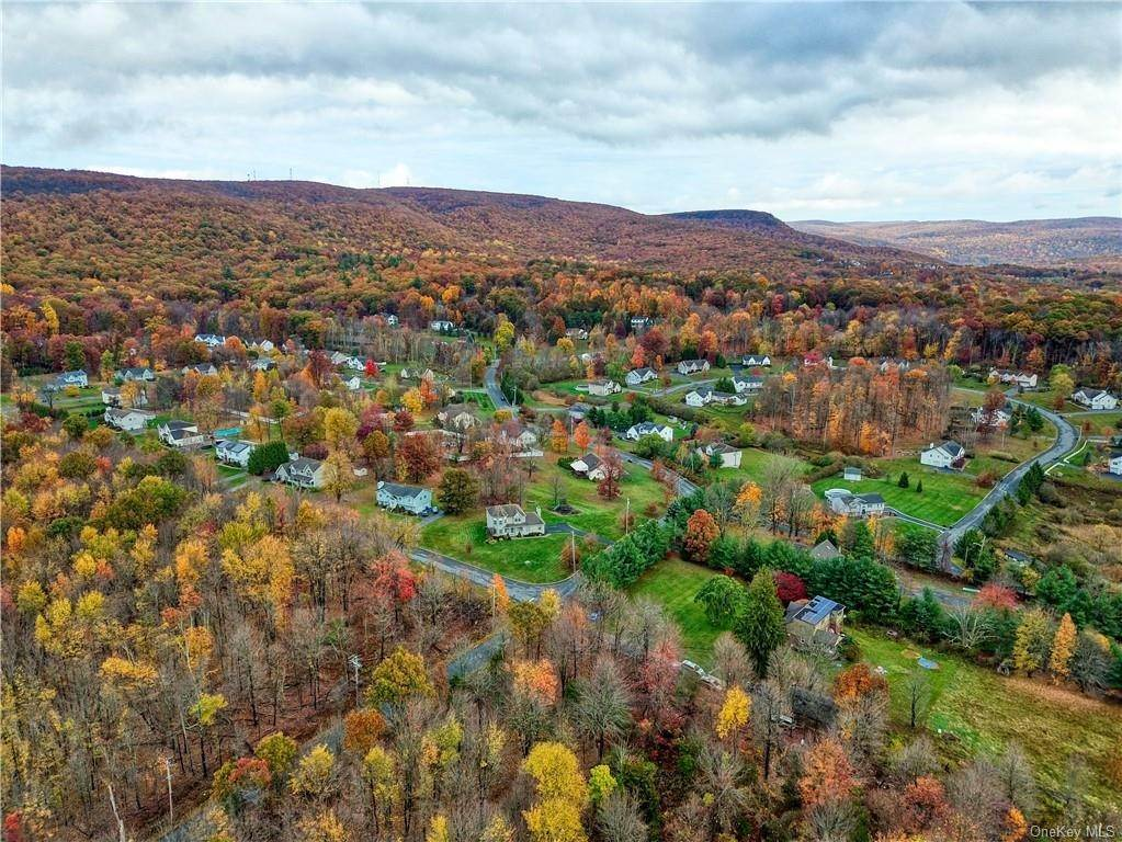21. Single Family Home for Sale at 2 Sequoia Trail Highland Mills, New York, 10930 United States