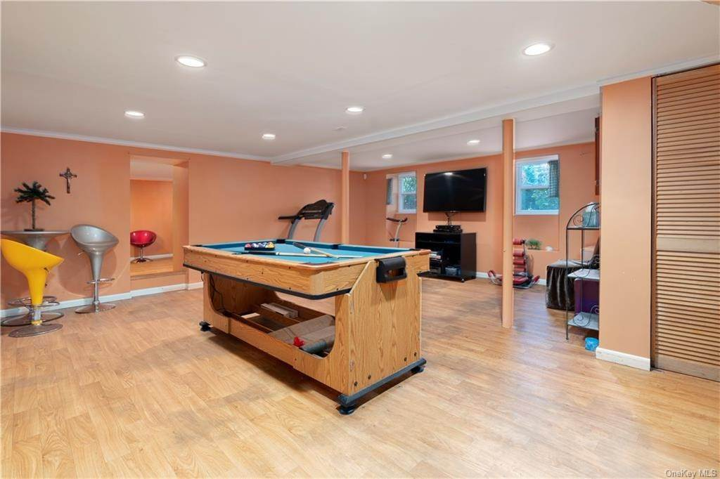 22. Single Family Home for Sale at 160 Woodlands Avenue White Plains, New York, 10607 United States