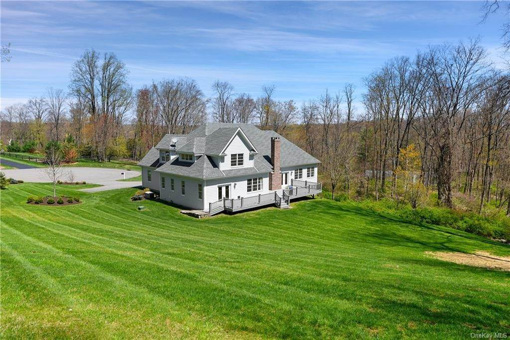 22. Single Family Home for Sale at 76 Mayflower Lane Katonah, New York, 10536 United States