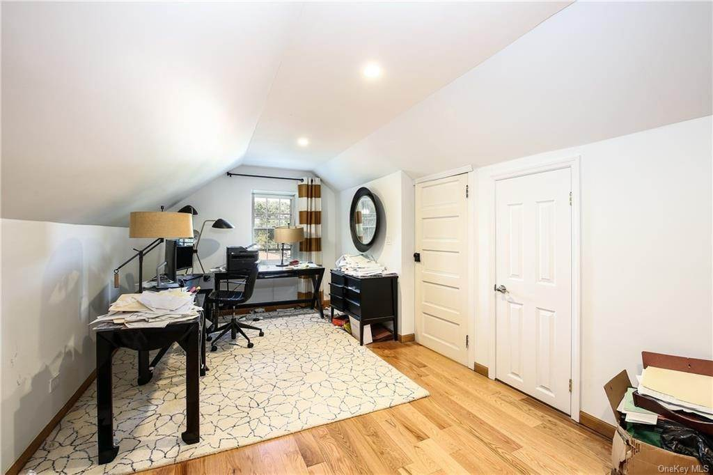 23. Single Family Home for Sale at 1 Hemlock Road Bronxville, New York, 10708 United States