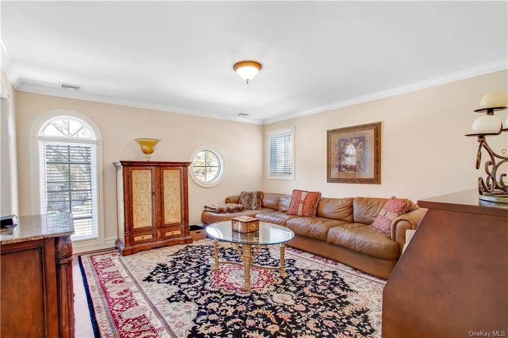 23. Single Family Home for Sale at 4 Meadowbrook Road White Plains, New York, 10605 United States