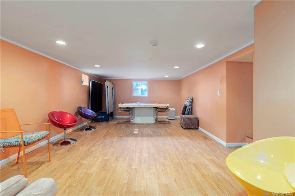 23. Single Family Home for Sale at 160 Woodlands Avenue White Plains, New York, 10607 United States