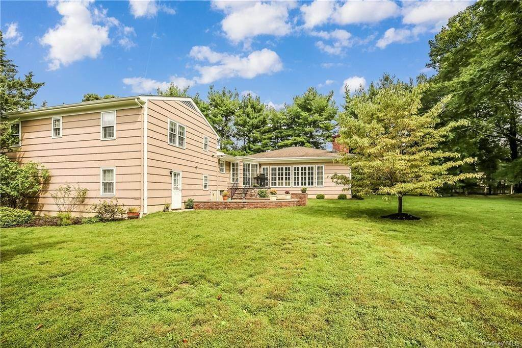 23. Single Family Home for Sale at 4 Loch Lane Rye Brook, New York, 10573 United States