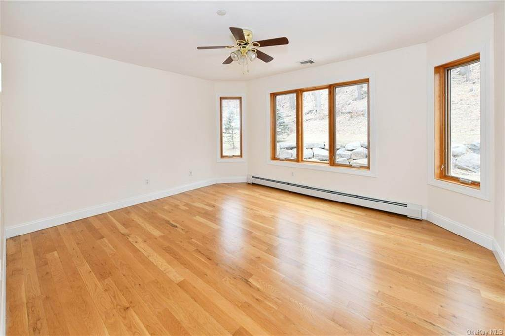 23. Single Family Home for Sale at 60 Central Highway New City, New York, 10956 United States