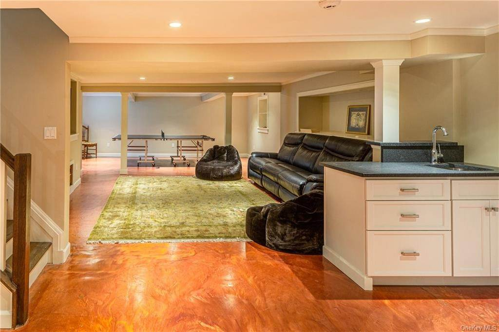 23. Single Family Home for Sale at 1 Woodland Avenue Bronxville, New York, 10708 United States