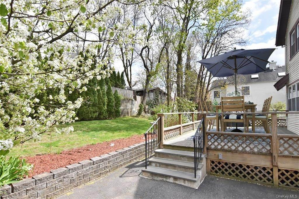 24. Single Family Home pour l Vente à 18 Linden Avenue Pelham, New York, 10803 États-Unis