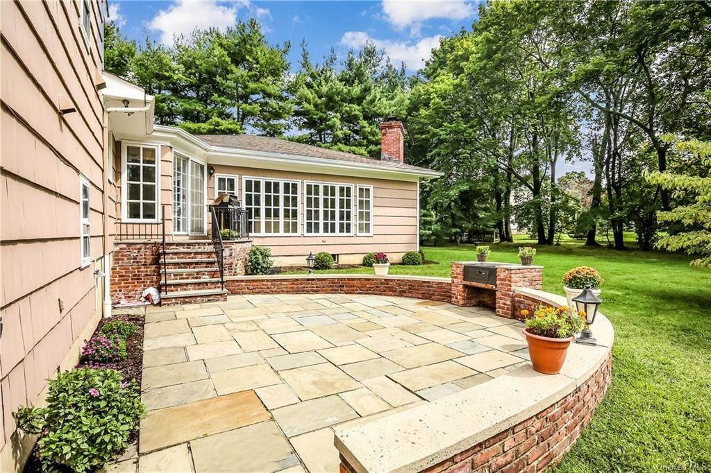 24. Single Family Home for Sale at 4 Loch Lane Rye Brook, New York, 10573 United States