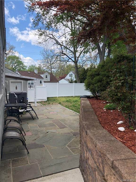 25. Single Family Home for Sale at 100 Roxbury Drive Yonkers, New York, 10710 United States