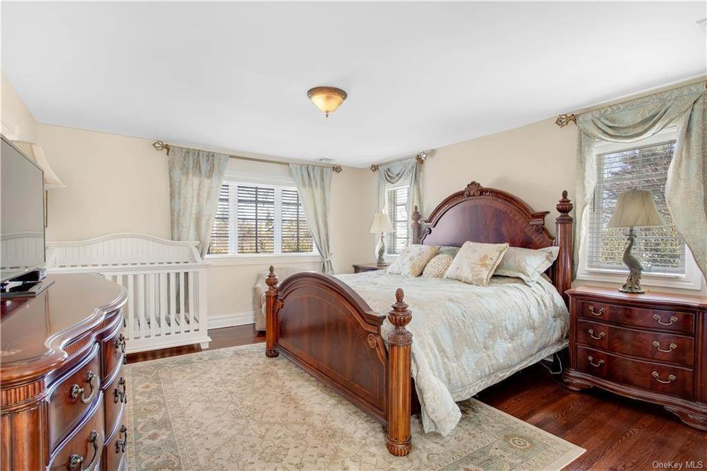 25. Single Family Home for Sale at 4 Meadowbrook Road White Plains, New York, 10605 United States
