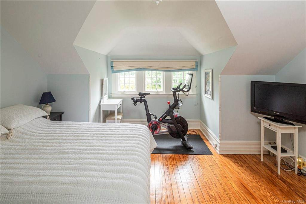 25. Single Family Home for Sale at 119 White Plains Road Bronxville, New York, 10708 United States