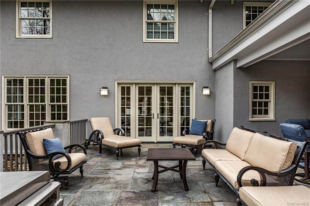 25. Single Family Home for Sale at 1 Woodland Avenue Bronxville, New York, 10708 United States