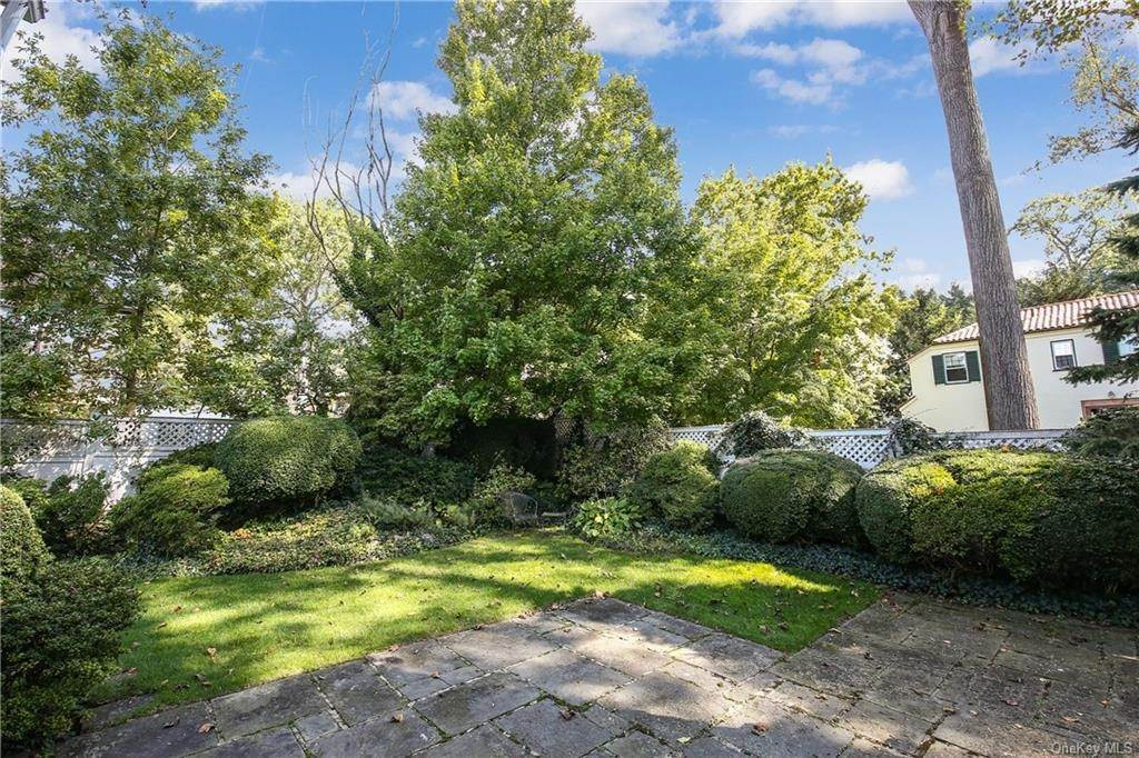 26. Single Family Home for Sale at 1 Hemlock Road Bronxville, New York, 10708 United States