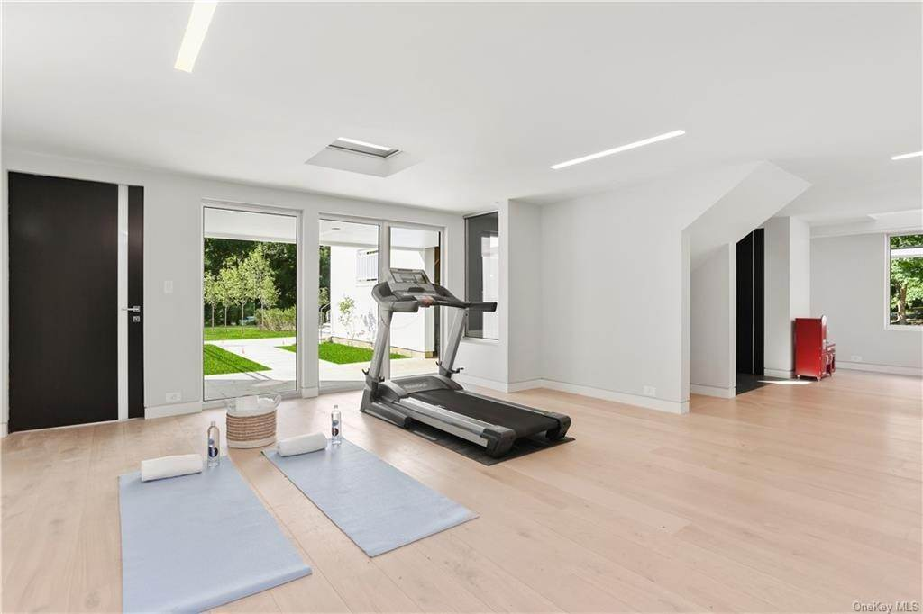 26. Single Family Home for Sale at 862 Fenimore Road Larchmont, New York, 10538 United States