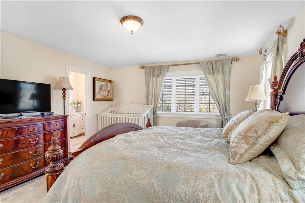 26. Single Family Home for Sale at 4 Meadowbrook Road White Plains, New York, 10605 United States