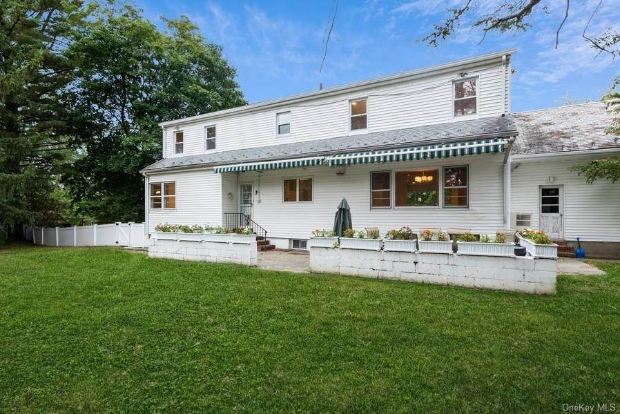 26. Single Family Home for Sale at 10 Manger Circle Pelham, New York, 10803 United States
