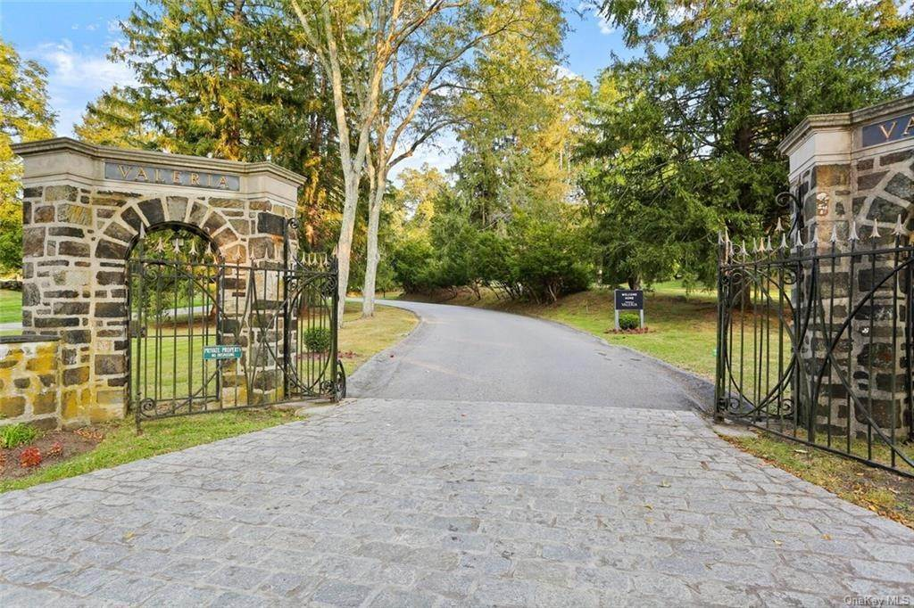 27. Single Family Home for Sale at 28 Deforest Drive Cortlandt Manor, New York, 10567 United States