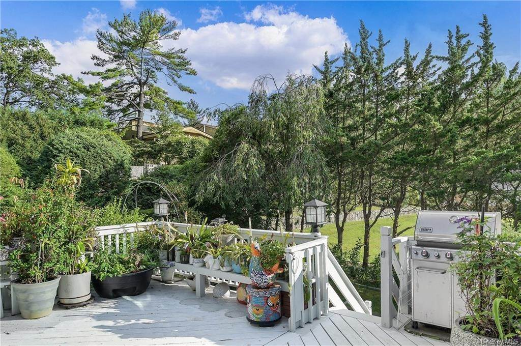 27. Single Family Home for Sale at 64 Gail Drive New Rochelle, New York, 10805 United States
