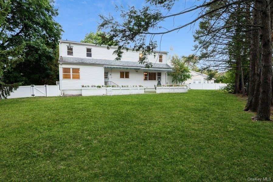 27. Single Family Home for Sale at 10 Manger Circle Pelham, New York, 10803 United States