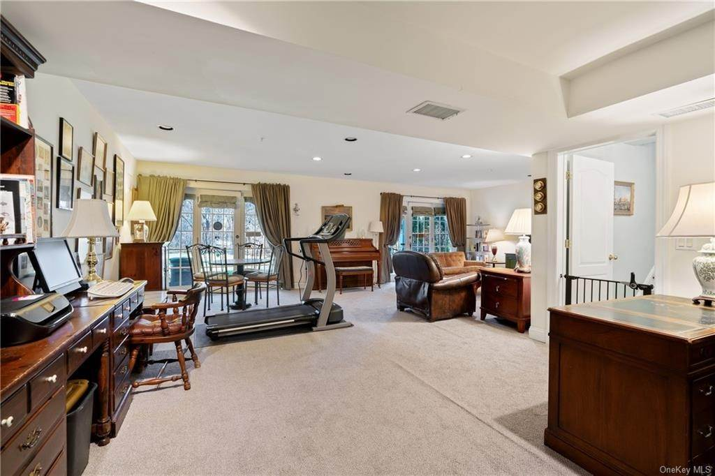 27. Single Family Home for Sale at 44 Wyndham Close White Plains, New York, 10605 United States