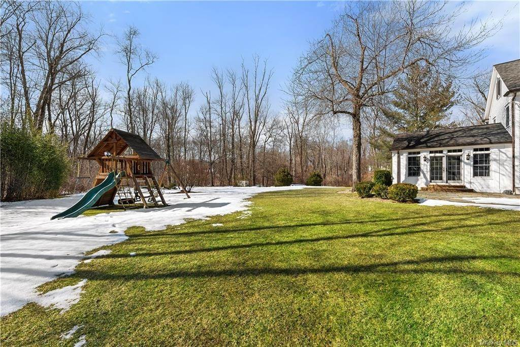 28. Single Family Home for Sale at 17 Colony Row Chappaqua, New York, 10514 United States