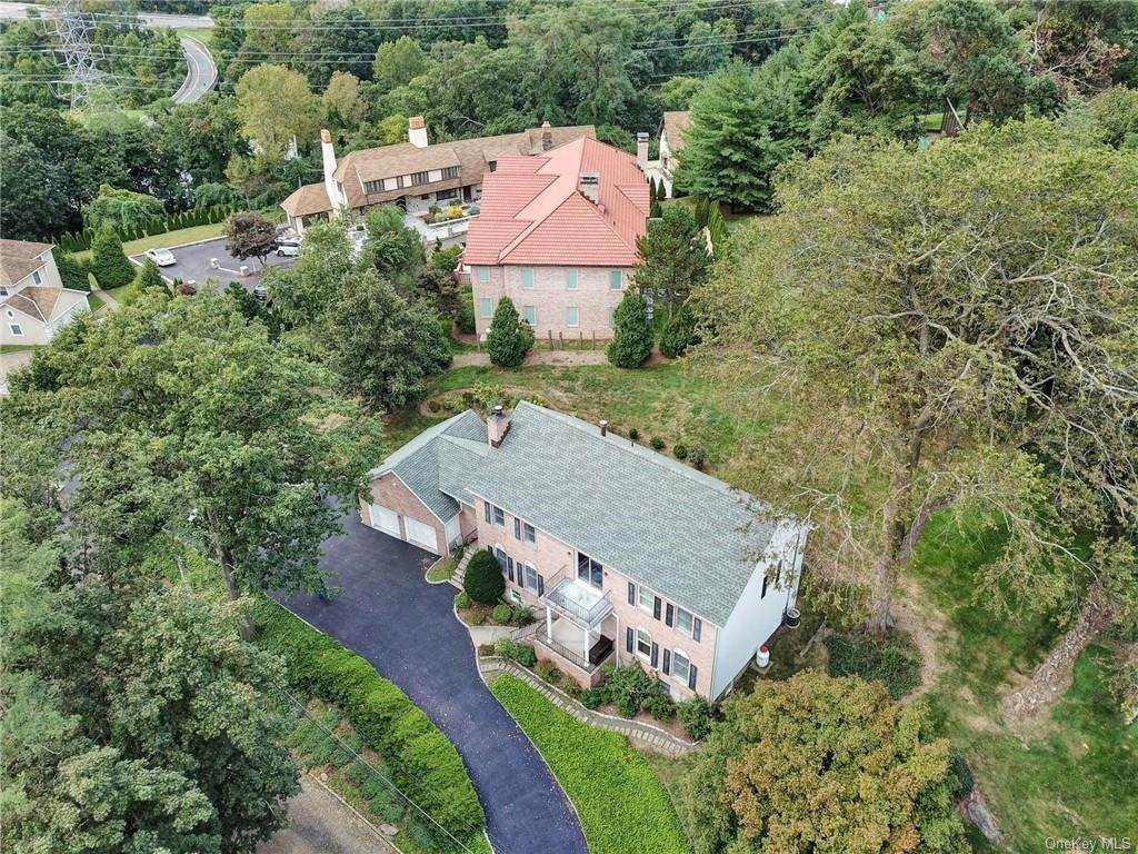 29. Single Family Home for Sale at 4 Old Road E Elmsford, New York, 10523 United States