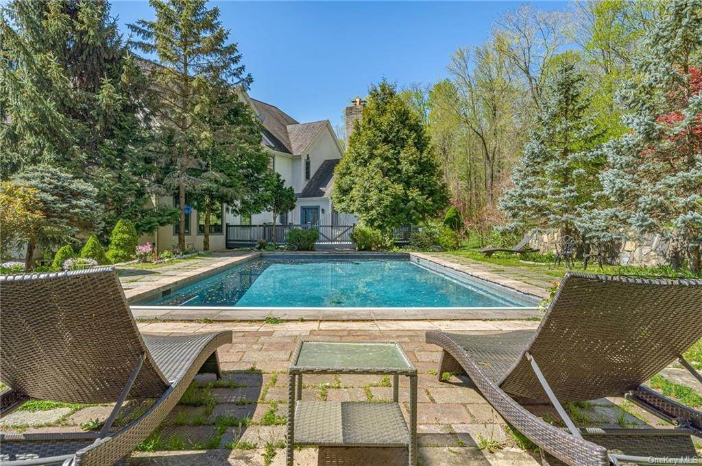 3. Single Family Home pour l Vente à 7 Kniffen Road Katonah, New York, 10536 États-Unis