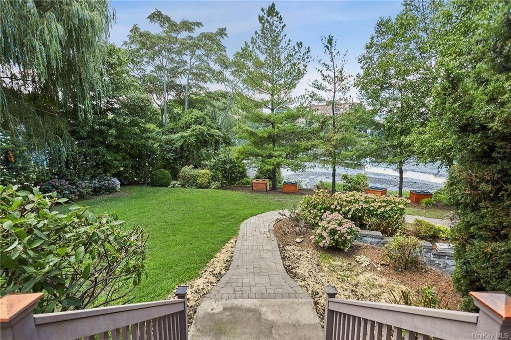 30. Single Family Home for Sale at 3 Mill Pond Lane New Rochelle, New York, 10805 United States