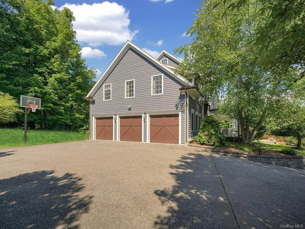 30. Single Family Home for Sale at 4 Thornbrook Lane Bedford, New York, 10506 United States