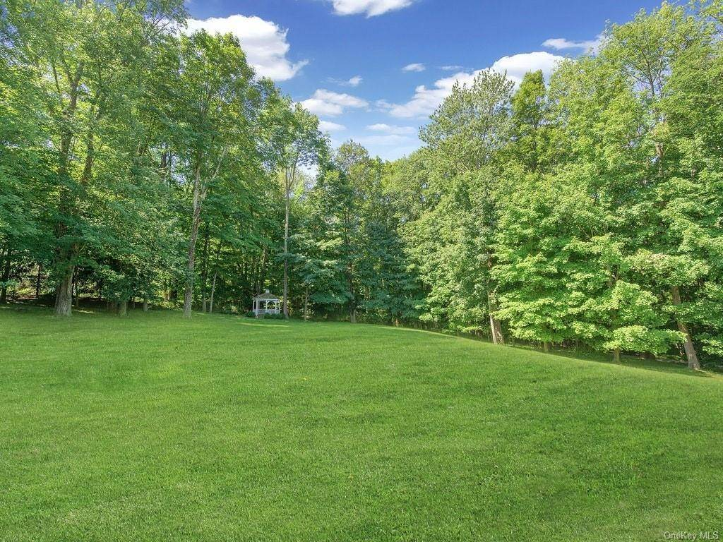 31. Single Family Home for Sale at 4 Thornbrook Lane Bedford, New York, 10506 United States