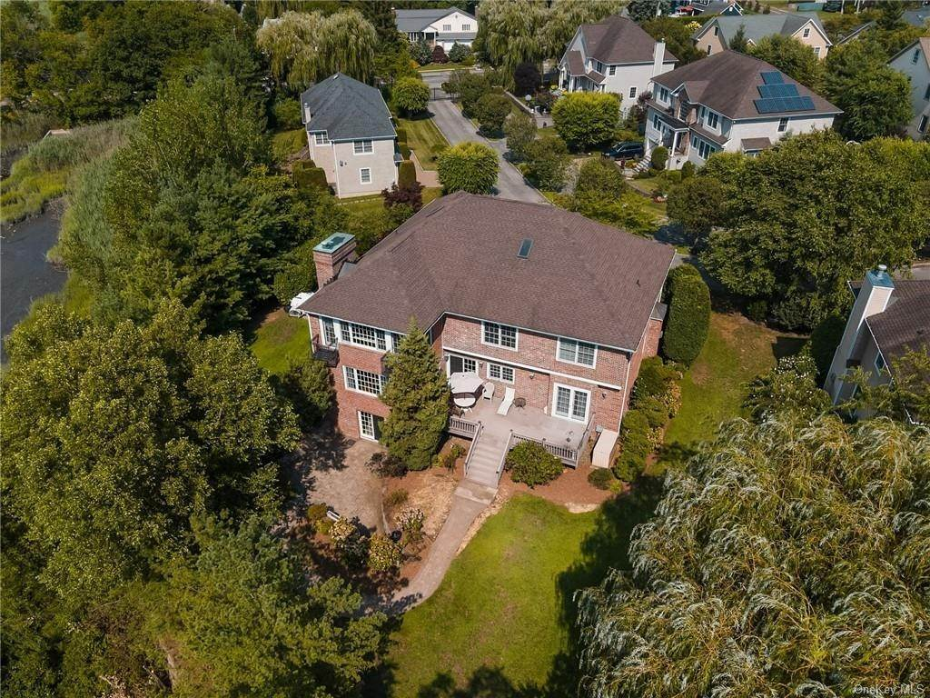 32. Single Family Home for Sale at 3 Mill Pond Lane New Rochelle, New York, 10805 United States
