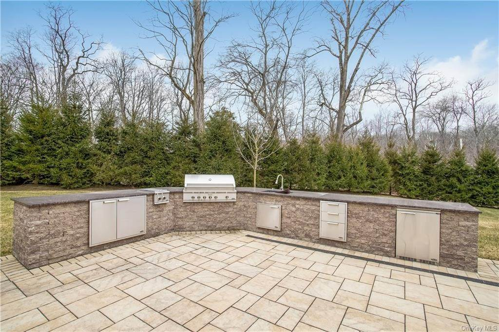 33. Single Family Home for Sale at 4 Meadowbrook Road White Plains, New York, 10605 United States