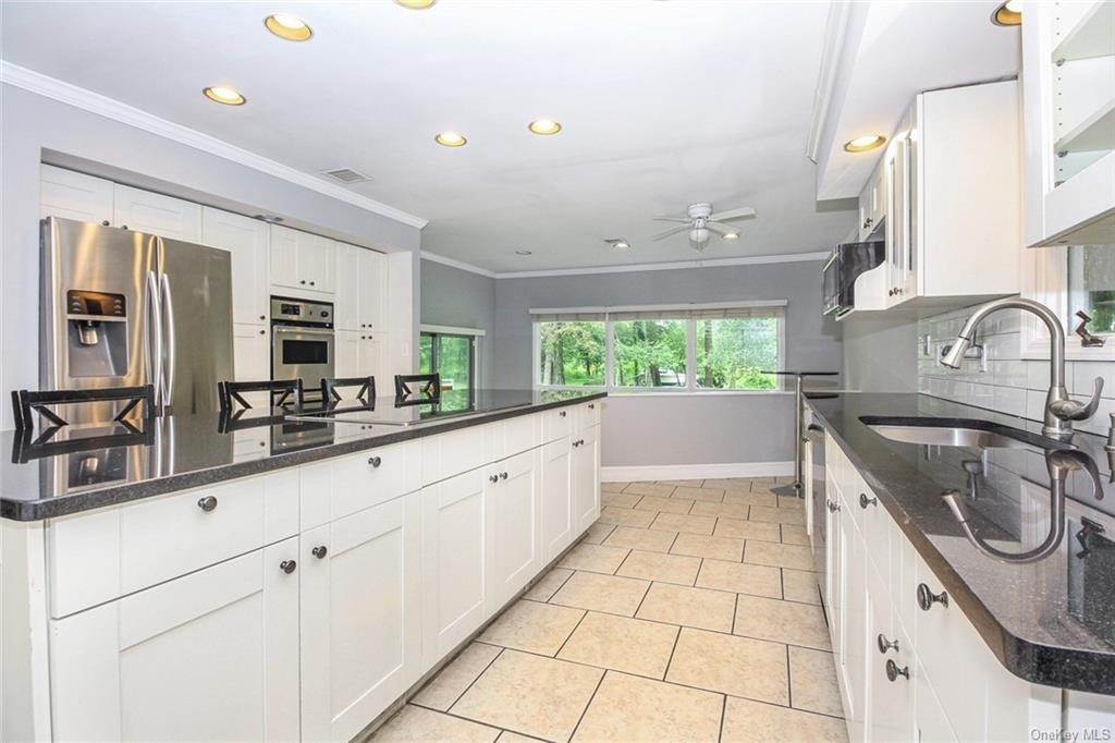 4. Single Family Home for Sale at 25 High Point Lane Scarsdale, New York, 10583 United States