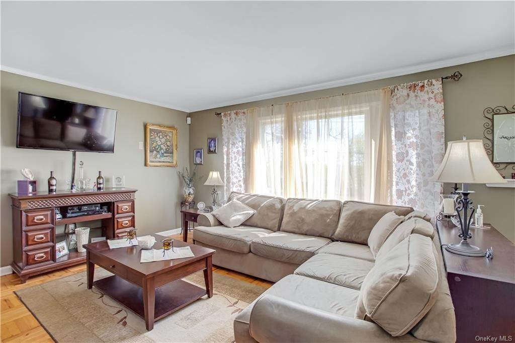 5. Single Family Home for Sale at 100 Roxbury Drive Yonkers, New York, 10710 United States