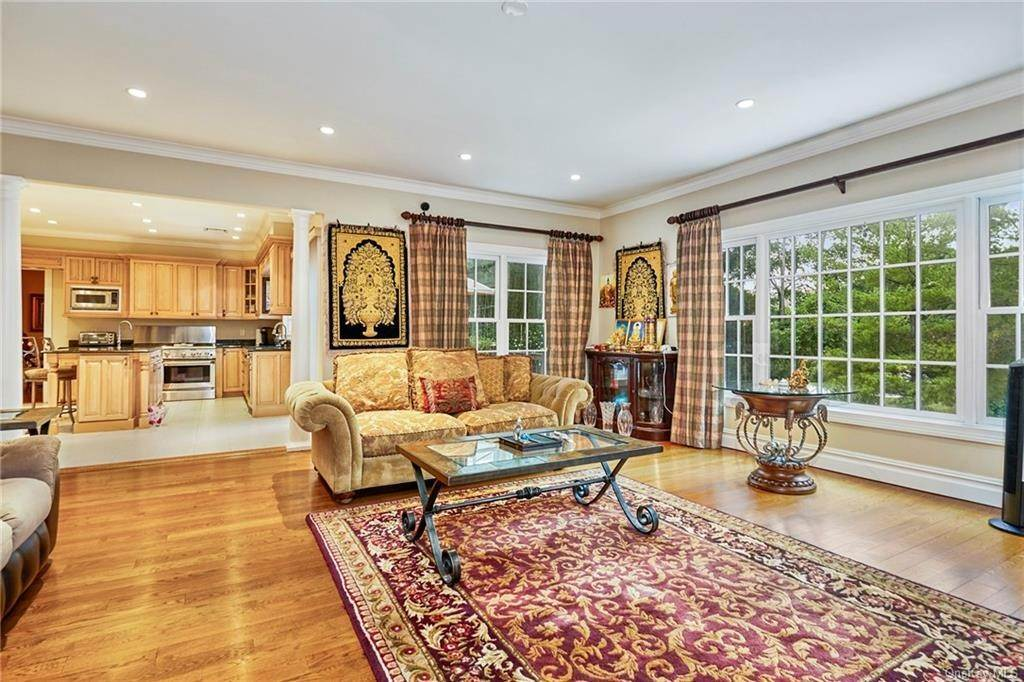6. Single Family Home for Sale at 3 Mill Pond Lane New Rochelle, New York, 10805 United States