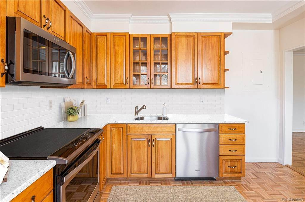 6. Single Family Home for Sale at 72 Pondfield Road W Bronxville, New York, 10708 United States