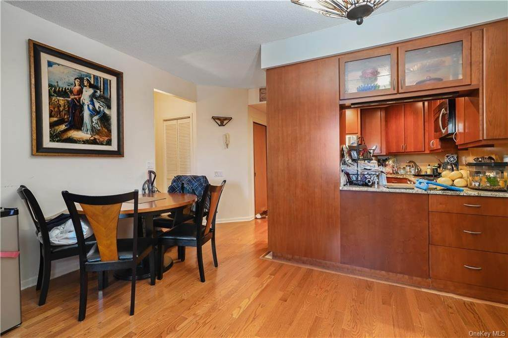 6. Single Family Home for Sale at 50 E Hartsdale Avenue Hartsdale, New York, 10530 United States