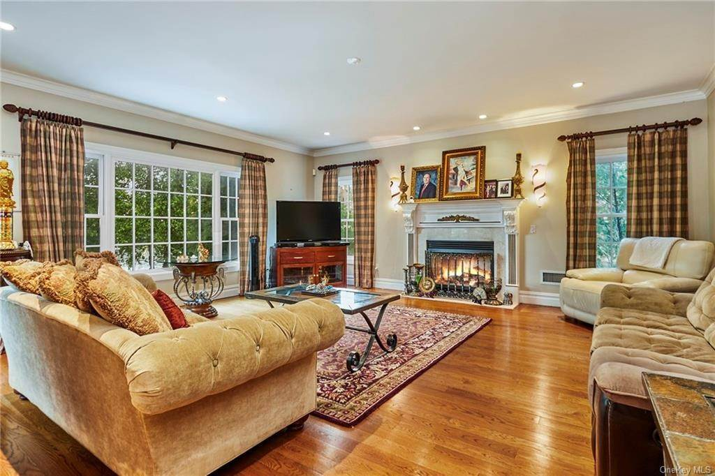 7. Single Family Home for Sale at 3 Mill Pond Lane New Rochelle, New York, 10805 United States