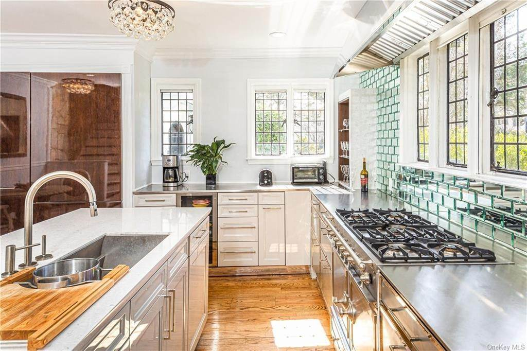 7. Single Family Home for Sale at 14 Courseview Road Bronxville, New York, 10708 United States