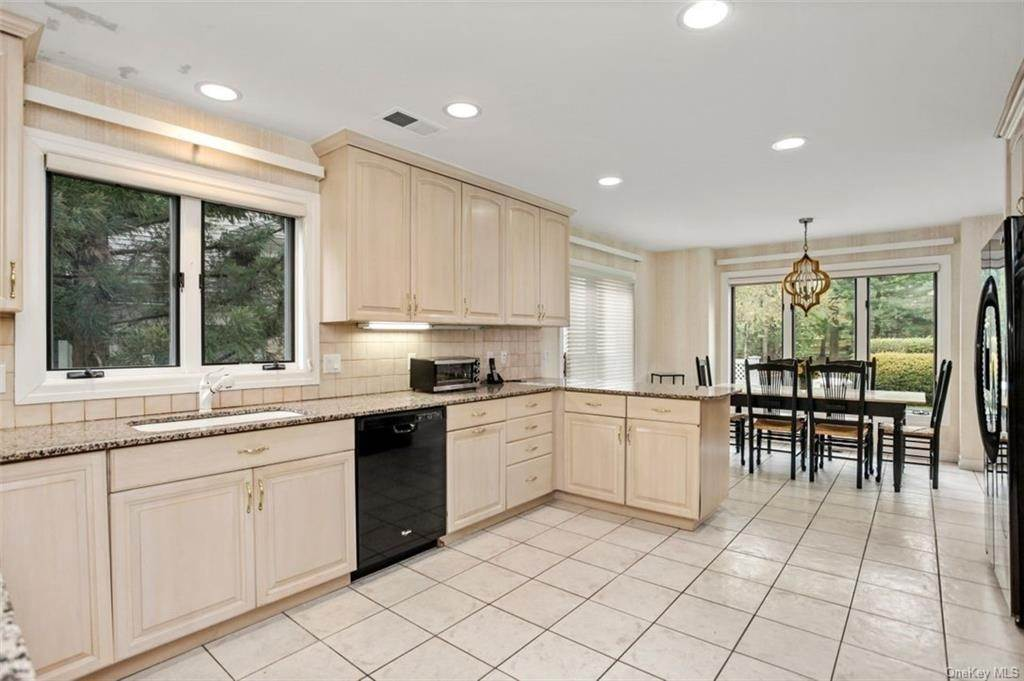 7. Single Family Home for Sale at 5 Stone Falls Court Rye Brook, New York, 10573 United States