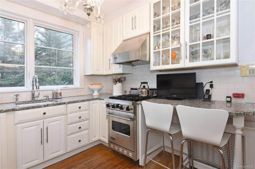 8. Single Family Home for Sale at 5 Park Avenue Terrace Bronxville, New York, 10708 United States