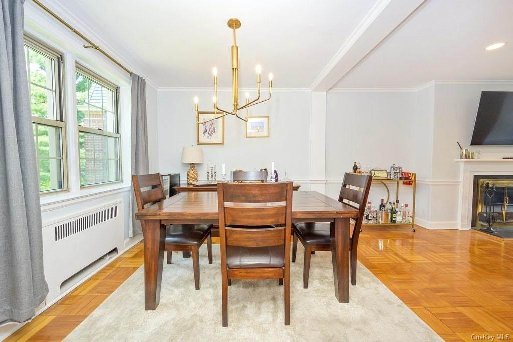 8. Single Family Home for Sale at 4 Chateaux Circle Scarsdale, New York, 10583 United States
