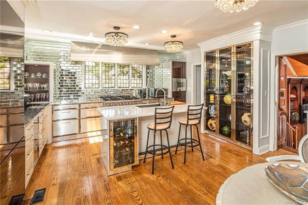 8. Single Family Home for Sale at 14 Courseview Road Bronxville, New York, 10708 United States