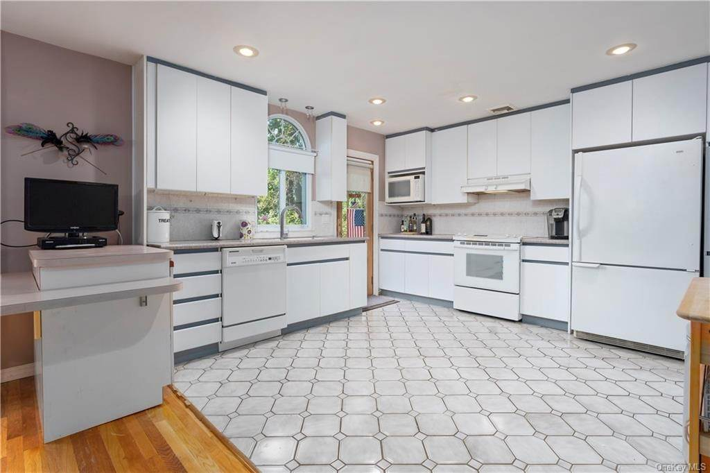 8. Single Family Home for Sale at 160 Woodlands Avenue White Plains, New York, 10607 United States